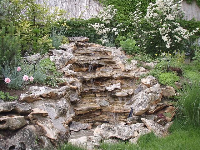 stenvæg i haven